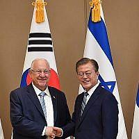 Le président Reuven Rivlin rencontre son homologue sud-coréen, Moon Jae-in; à Séoul, le 15 juillet 2019 (Crédit : Kobi Gideon/GPO)
