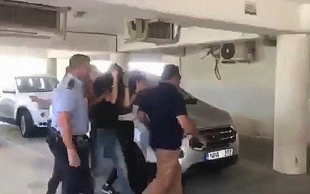 Extrait d'une vidéo des suspects israéliens dans une affaire de viol en réunion présumé sur une touriste britannique à Chypre, conduit à une audience de placement en détention dans un tribunal chypriote, le 18 juillet 2019. (Crédit : Walla)
