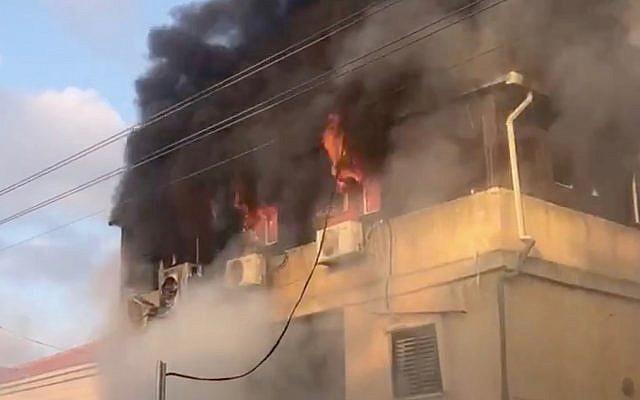 Un incendie ravage le domicile de Carmel Maud, à Rosh Haayin, le 6 juillet 2019. (Crédit : Twitter)