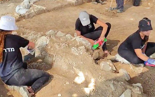 Des jeunes de la région participent aux fouilles d'une mosquée du tout début du VIIe-VIIIe siècle près de Rahat, en prévision d'une extension du quartier, en juillet 2019. (Anat Rasiuk/Autorité israélienne des Antiquités)