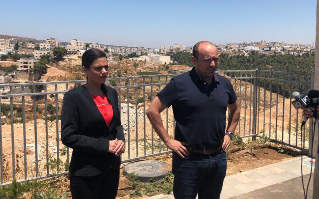 Ayelet Shaked (G), la présidente du parti HaYamin HaHadash, et le n° 2 du parti Naftali Bennett, s'entretiennent avec des journalistes dans l'implantation d'Efrat, en Cisjordanie, le 22 juillet 2019. (Jacob Magid/Times of Israel)
