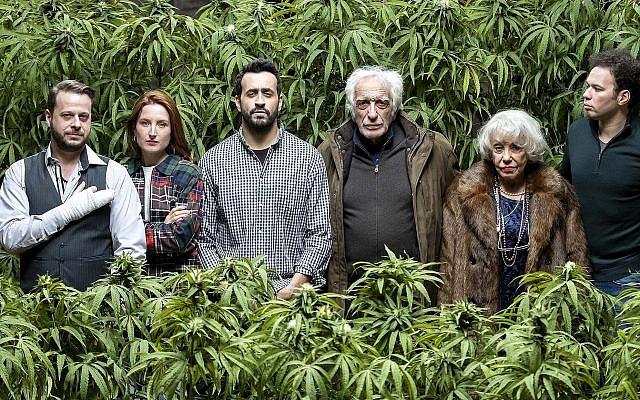 """Jonathan Cohen, (troisième à partir de la gauche), en compagnie d'autres membres de la série """"Family Business"""" de Netflix. (Netflix via JTA)"""