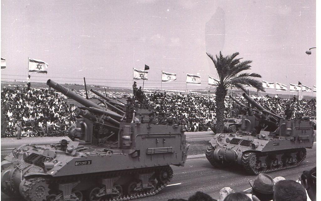 Les canons autotractés M-50 prennent part à un défilé militaire à Tel Aviv le jour de l'Indépendance, le 6 mai 1965. (Avraham Amir/Wikimedia)