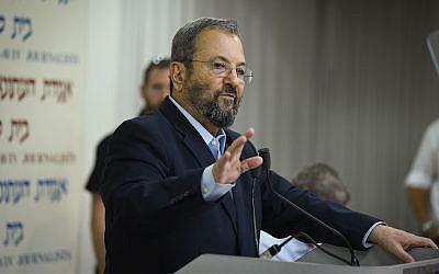 L'ancien Premier ministre Ehud Barak s'exprime lors d'une conférence de presse annonçant la création d'un nouveau parti politique à Tel Aviv, le 26 juin 2019. (Flash90)