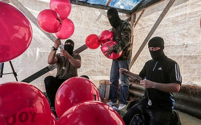 Des Palestiniens préparent des ballons incendiaires près de la ville de Jabalia dans la bande de Gaza, le 25 juin 2019. (Hassan Jedi/Flash90)