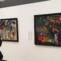 Chloe van der Vlugt et Tritraan devant un tableau de Kandinsky disputé au Stedelijk Museum d'Amsterdam, aux Pays-Bas, le 10 juillet 2019 (Crédit : Cnaan Liphshiz/JTA)