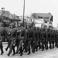 Les troupes allemandes défilent à Bucarest, en Roumanie, le 27 décembre 1940 (Crédit : AP Photo)