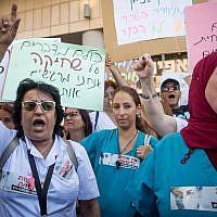 Des infirmières protestent contre leurs conditions de travail aux abords du ministère de la Santé à Jérusalem, le 22 juillet 2019 (Crédit : Yonatan Sindel/Flash90)