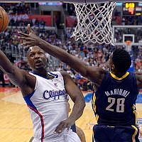 L'avant des Los Angeles Lamar Odom, à gauche, et Ian Mahinmi des Indiana Pacers, de dos, pendant la première période d'un match de basket de la NBA, le 1er avril 2013 à Los Angeles (Crédit : AP Photo/Mark J. Terrill)
