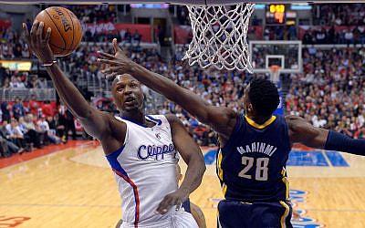 L'avant des Los Angeles Lamar Odom, à gauche, et Ian Mahinmi des Indiana Pacers, de dos, pendant la première période d'un match de basket de la NBA, le 1er avril 2013 à Los Angeles (Crédit : AP Photo/Mark J. Terrill)