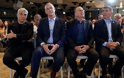 De gauche à droite : Yair Lapid, Benny Gantz, Moshe Yaalon, Gabi Ashkenazi du parti Kakhol lavan lors du lancement officiel de sa campagne à Shefayim, 14 juillet 2019. (Gili Yaari/Flash90)