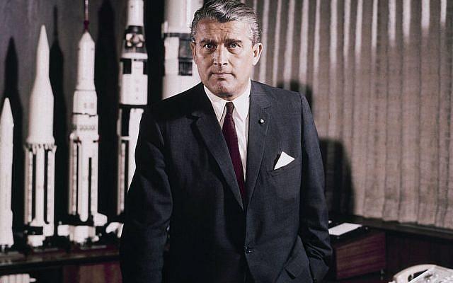 Le Dr. Wernher Von Braun, directeur du centre de vol spatial de la NASA, mai 1964. (Wikipedia, Domaine public)