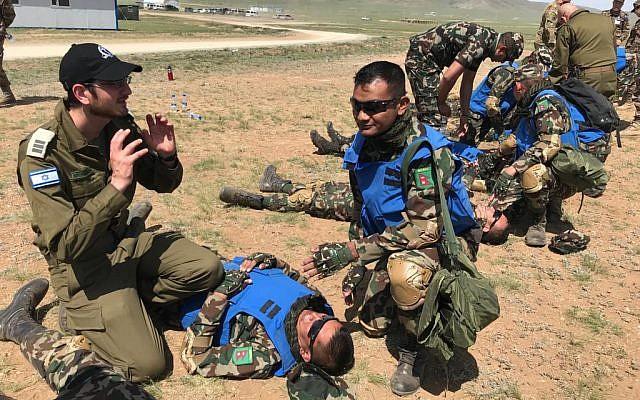 Le médecin militaire Kobi Weissmeh forme les Casques bleus pendant l'exercice Khaan Quest en Mongolie, au mois de juin 2019 (Crédit : Armée israélienne)