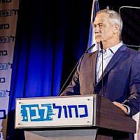 Le dirigeant de Kakhol lavan Benny Gantz s'adresse aux militants de son parti à Shefayim, le 14 juillet 2019. (Jane Peimer)