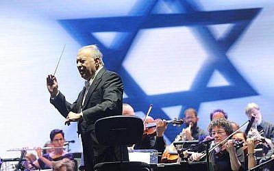 Le chef d'orchestre Zubin Mehta avec l'Orchestre philharmonique d'Israël pour son concert d'adieu au parc Yarkon de Tel Aviv, le 14 juillet 2019 (Autorisation : Hanoch Grizitzky)