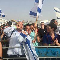La foule accueillant les 100 olim de France à l'aéroport Ben Gurion, le 17 juillet 2019. (Crédit : Stéphanie Bitan/Times of Israël)