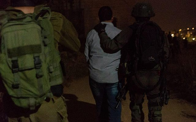 L'armée israélienne arrête un agent du Hamas soupçonné de chapeauter un réseau de transfert de fonds en espèces entre la bande de Gaza et Ramallah, le 16 juillet 2019. (Crédit : armée israélienne)