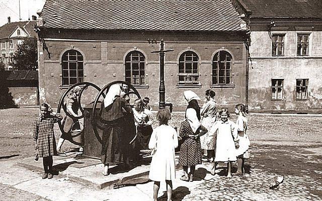"""A Oswiecim, en Pologne, un puits à eau est utilisé devant ce que l'on a surnommé la """"Synagogue Auschwitz"""" à proximité du centre de la ville, dans la période d'entre guerre. (Centre juif d'Auschwitz)"""
