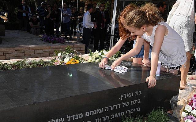 Des members de la famille de Rivlin devant la tombe de la défunte Nechama RIvlin au Mont Herzl de Jérusalem participent au dévoilement de sa pierre tombale 30 jours après son décès, le 4 juillet 2019. (Mark Neiman/GPO)