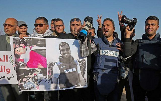 Des journalistes palestiniens participent à une manifestation après la mort d'un de leur confrère journaliste Yaser Murtaja, à proximité de la frontière entre Israël et Gaza, à Rafah dans le sud de la bande de Gaza, le 8 avril 2018. (AFP PHOTO / SAID KHATIB)