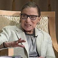 La juge associée de la Cour suprême des Etats-Unis Ruth Bader Ginsburg intervient à la Congrégation Adas Israël à Washington, DC, le 1 février 2018. (Ron Sachs/ CNP, via JTA)