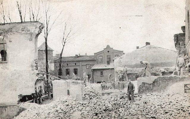 A Oswiecim, en Pologne, lors de l'occupation nazie, des travailleurs d'Auschwitz démantèlent la Grande Synagogue qui a été brûlée en novembre 1939. (Centre juif d'Auschwitz)