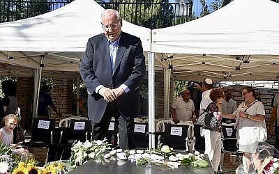 Le président Reuven Rivlin devant la tombe de sa femme défunte Nechama au Mont Herzl de Jérusalem pour le dévoilement de sa pierre tombale 30 jours après son décès, le 4 juillet 2019. (Crédit: Tomer Reichman)