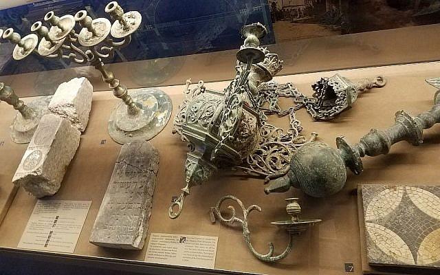 Des objets de culte de la Grande Synagogue d'Oswiecim en Pologne, exposés au centre juif d'Auschwitz, en octobre 2017. La Grande Synagogue a été détruite par les Nazis en 1939, et ces objets ont été retrouvés lors de fouilles en 2004. (Matt Lebovic/The Times of Israel)