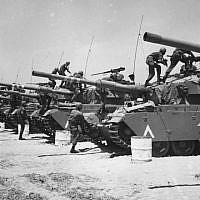 Juin 1967 : des brigades blindées Centurion se préparent pour la Guerre des Six Jours. (Photo par Three Lions/Getty Images)