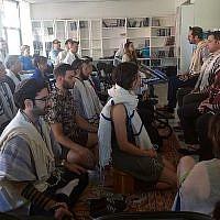 Des étudiants méditent dans le cadre de la prière du matin à la Yeshiva Romemu à New York, le 16 juillet 2019. La yeshiva associe une étude intensive des textes juifs avec de la méditation et du mysticisme (Ben Sales)