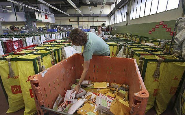 Des facteurs de l'autorité postale israélienne trient le courrier à un bureau de poste à Tel Aviv, le 22 février 2010. (AP Photos/Dan Balilty)