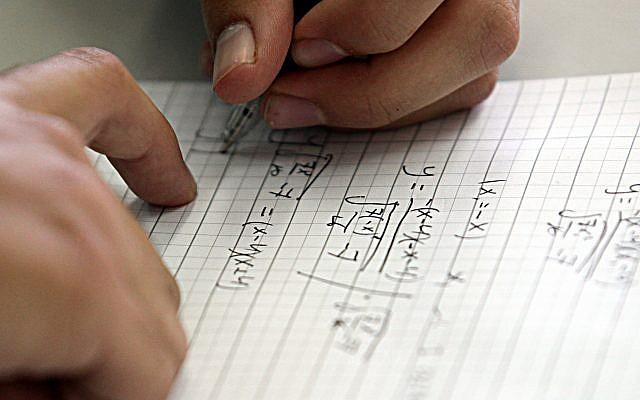 Image d'un lycée israélien passant un examen de mathématiques, le 25 mai 2010.(Yossi Zamir/Flash 90)