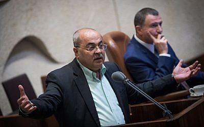 Le député Ahmad Tibi s'exprime lors d'une session plénière de la Knesset sur le projet de loi de l'Etat nation, le 8 août 2018.  (Yonatan Sindel/Flash90)