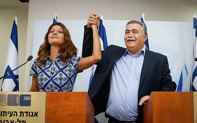 La chef du parti Gesher Orly Levy-Abekasis (Gauche) et le chef du parti Travailliste Amir Peretz annoncent leur candidature commune aux élections de septembre, à Tel Aviv, le 18 juillet 2019.  (Roy Alima/Flash90)