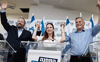 Le président de Meretz Nitzan Horowitz, à droite, le chef du Parti démocratique israélien  Ehud Barak, gauche, et la députée  Stav Shaffir font une conférence de presse pour annoncer leur nouvelle alliance, le Camp démocratique, avant les élections du 17 septembre, à Tel Aviv le 25 juillet 2019. (Tomer Neuberg/Flash90)