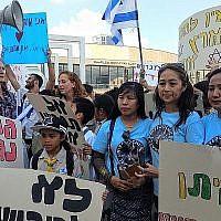 Des femmes avec le groupe de la communauté philippine Enfants unis d'Israël, qui ont aidé à organiser la manifestation contre les expulsions, à Tel Aviv le 24 juin 2019. (Melanie Lidman/Times of Israel)