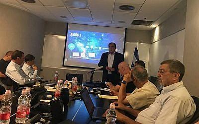 Le PDG de Spacecom David Pollack s'exprimant lors d'une conférence de presse à Ramat Gan le 28 juillet 2019, avant le lancement du satellite Amos 17, prévu pour le 4 août 2019. (Shoshanna Solomon/Times of Israel)