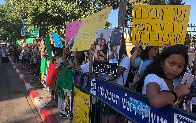Des travailleurs philippins et leurs enfants manifestent contre l'arrestation et les expulsion d'enfants de travailleurs étrangers en Israël devant la résidence du Premier ministre à Jérusalem le 24 juillet 2019. (Sue Surkes)