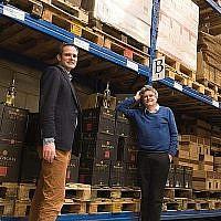 Pieter van Oordt, droite, avec son rare Roger dans le Centre de produits d'Israël à Nijkerk, au Pays-Bas le 19 février 2016. (Cnaan Liphshiz/JTA)