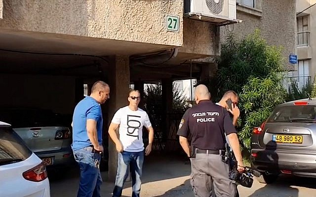 La police devant l'immeuble d'appartements à Bnei Brak où une femme a été poignardée à mort le 27 juillet 2019. (Capture d'écran: Ynet)
