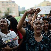 Des Israéliens d'origine éthiopienne et des manifestants protestent contre la violence policière et la discrimination à Tel Aviv, le 8 juillet 2019. (Tomer Neuberg/Flash90)