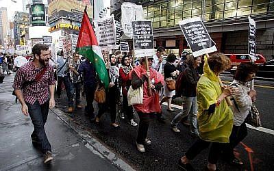 Des groupes palestiniens et juifs de gauche organisent une manifestation allant de Times Square vers le bâtiment des Nations unies à New York, le 15 septembre 2011, appelant à mettre un terme à l'aide américaine vers Israël et à soutenir le mouvement BDS contre Israël. (AP Photo/David Karp)