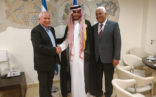 L'élu du Likud Avi Dichter rencontrant le blogger saoudien Mohammed Saud le 22 juillet 2019. (Credit: Bureau du porte-parole de la Knesset)