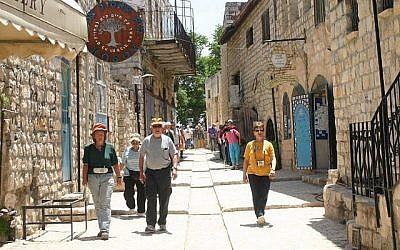 Des tourists marchent dans une rue de  Safed, ville du nord d'Israël.