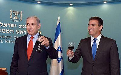 Yossi Cohen, droite, chef du Mossad, porte un toast avec le Premier ministre Benjamin Netanyahu, avant le nouvel an juif au bureau du Premier ministre à Jérusalem le 7 septembre 2015. (Haim Zach / GPO)