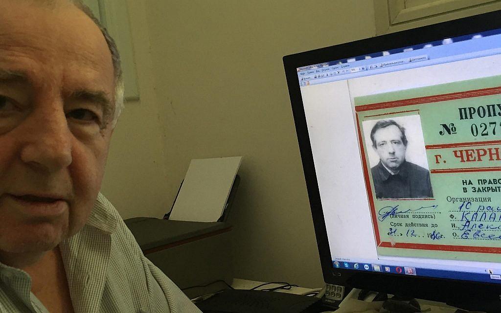 Le liquidateur de Tchernobyl, Alexander Kalentyrsky, ingénieur en construction qui a participé à la construction de la base en béton du sarcophage de Tchernobyl en 1986, chez lui à Bat Yam, le 26 juin 2019. Son ordinateur montre des documents datant de sa période de travail à Tchernobyl. (Times of Israel staff)