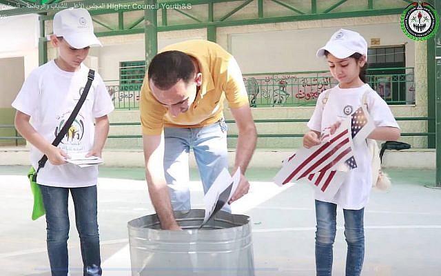 Des enfants d'une colonie de vacances palestinienne déchirent des photos du drapeau américain et du président Donald Trump, tandis qu'un animateur les brûle, dans une vidéo publiée sur Facebook par le Conseil supérieur de la jeunesse et du sport de l'Autorité palestinienne, le 3 juillet 2019.