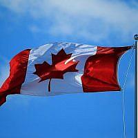 Un drapeau canadien flotte au vent à Toronto, Ontario, Canada, le 25 juillet 2016. (Vaughn Ridley/Getty Images/JTA)