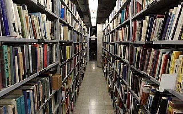 Une vue de l'intérieur de la Bibliothèque nationale d'Israël qui contient plus de 5 millions de livres, et qui est située sur le campus Givat Ram de l'Université hébraïque de Jérusalem, le 6 Juillet 2011. (Yaakov Naumi/Flash90)