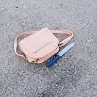 Un couteau retrouvé dans le sac d'une Palestinienne aux abords d'une implantation juive de la ville de Hébron, en Cisjordanie, le 15 juillet 2019 (Crédit : Armée israélienne)